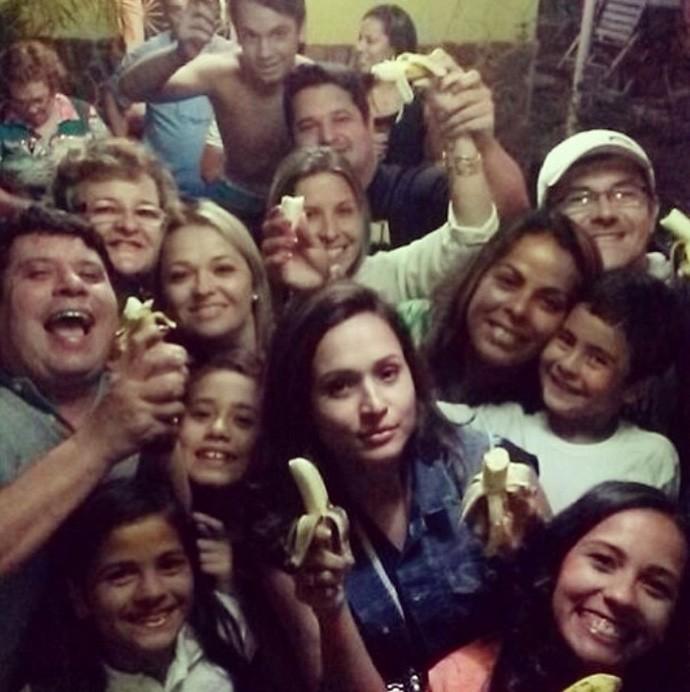 Thaíssa Carvalho, namorada de Daniel Alves, e família, apoiam o jogador, banana, racismo