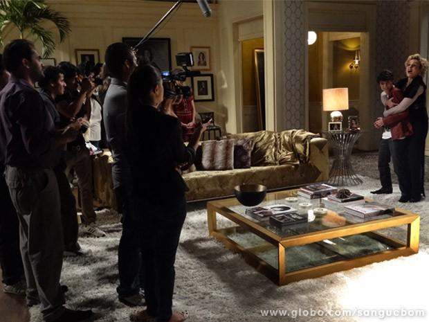 Bárbara anuncia para imprensa que Kevin é gay (Foto: Sangue Bom/ TV Globo)