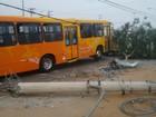 Ônibus circular derruba poste na zona leste de São José dos Campos