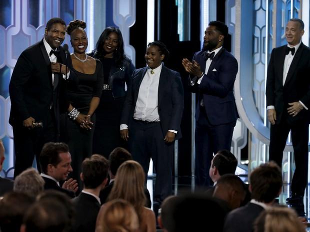 Denzel Washington recebeu o prêmio Cecil B. DeMille, o Globo de Ouro honorário, acompanhado de sua família e de Tom Hanks no palco (Foto: REUTERS/Paul Drinkwater/NBC)