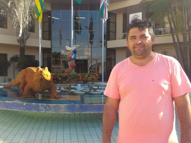 Câmara coloca estátua de jacaré na entrada e divide opiniões, em Goiânia, goiás (Foto: Vanessa Martins/G1)