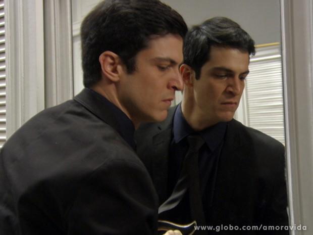 Ele tranca o filho no armário sem dó, nem piedade (Foto: Amor à Vida / TV Globo)