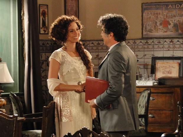Isabel se orgulha do amigo e adora seu texto (Foto: Lado a Lado/TV Globo)