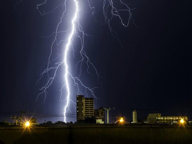 Internauta flagra raios momentos antes de chuva em Piracicaba (Foto: João Carlos do Nascimento Ferreira/VC no G1)