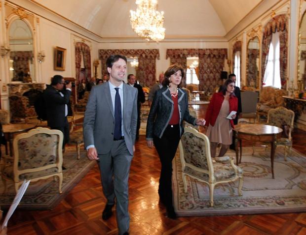 Guillaume Long com sua colega da Colômbia, Maria Angela Holguin, durante reunião em março (Foto: Guillermo Granja/Reuters)