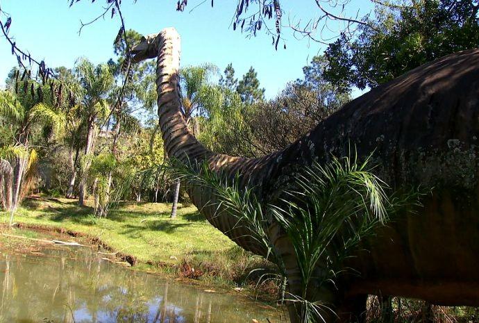 Revista de Sábado visita o famoso Parque do Dinossauros de Buri (Foto: Reprodução / TV TEM)