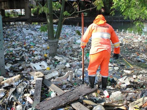 Cerca de 55 toneladas de lixo são retiradas de igarapés todos os dias (Foto: Carlos Eduardo Matos/G1 AM)