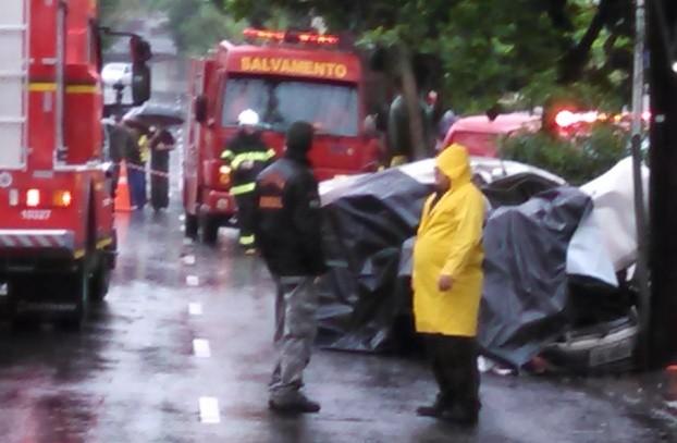 Carro ainda bateu em árvore depois de colidir coma lotação (Foto: Augusto Carneiro/RBS TV)