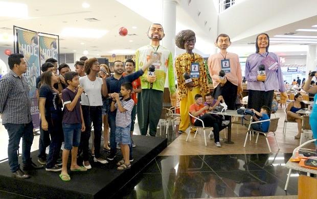 Apresentadores e seus bonecos gigantes realizam ação de lançamento dos programas em shopping, em Manaus (Foto: Onofre Martins/Rede Amazônica)