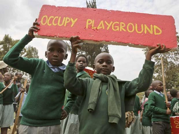 Alunos de escola no Quênia protestam nesta segunda-feira (19) contra retirada de parquinho (Foto: AP Photo/Brian Inganga)