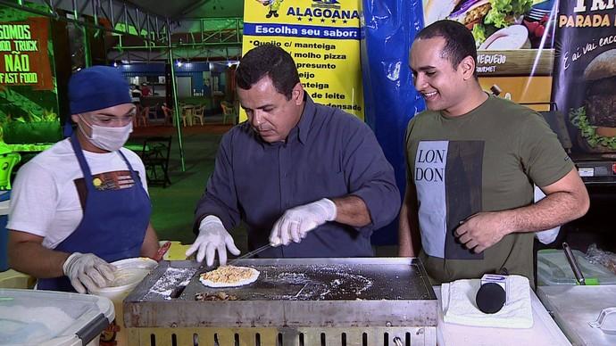 Os apresentadores Menilson Filho e Cleverton Macedo colocaram a mão na massa (Foto: TV Sergipe)