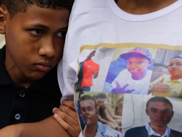 RJ - VIOLÊNCIA/RIO DE JANEIRO - GERAL - Parentes e amigos comparecem ao velório dos cinco rapazes assassinados pela PM do Rio de Janeiro na tarde do último domingo (29), no Cemitério de Irajá, na zona norte do Rio do Janeiro, nesta segunda-feira. (Foto:  Coelho/FramePhoto/EstadãoConteúdo)