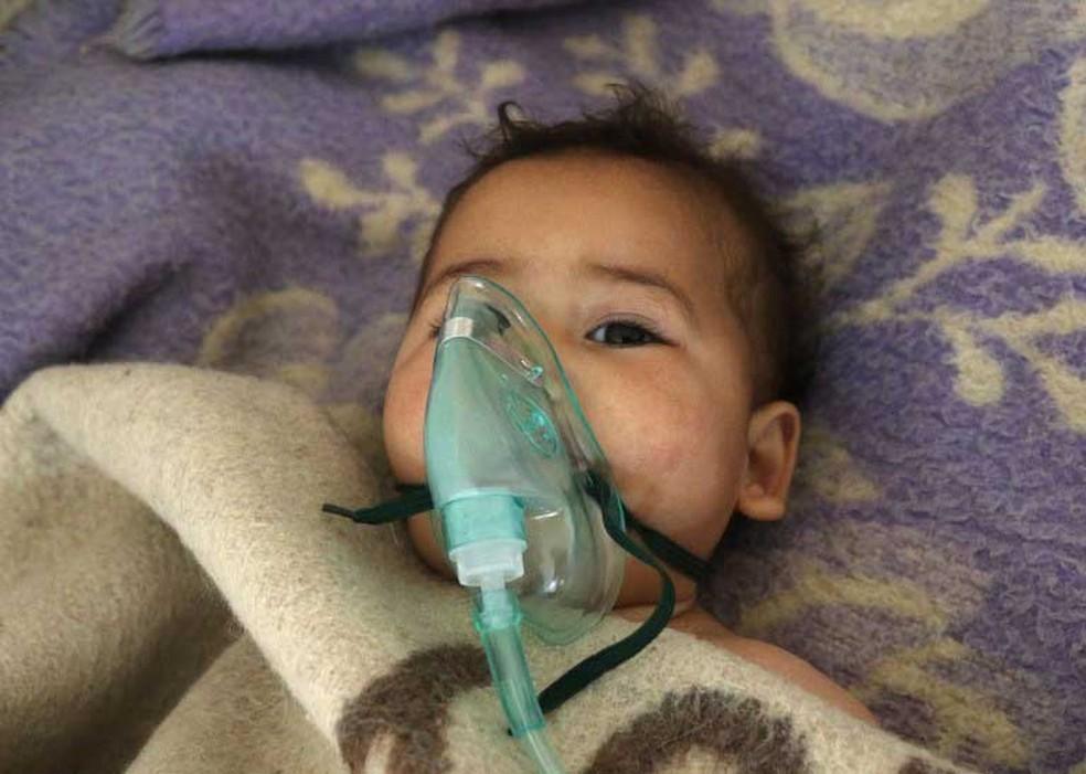 Bebê é atendido após suspeita de ataque com produtos químicos em Khan Sheikhun, em Idlib, no norte da Síria  (Foto: Mohamed al-Bakour / AFP)