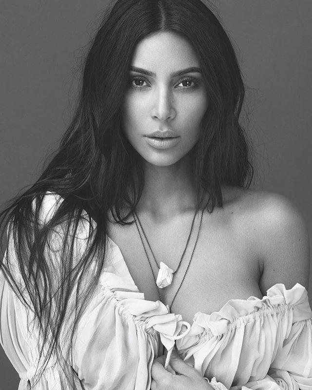 Kim Kardashian em foto da campanha de sua marca de perfumes (Foto: reprodução/instagram)
