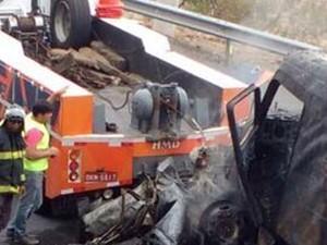 Carro atingido pelo caminhão tanque ficou completamente destruído (Foto: Divulgação / Corpo de Bombeiros)