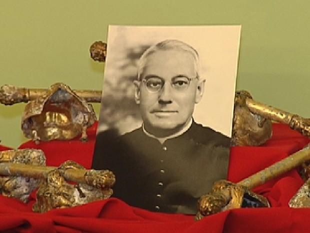 Alça do caixão do Padre Albino foi levado para a Igreja Matriz (Foto: Reprodução / TV Tem)