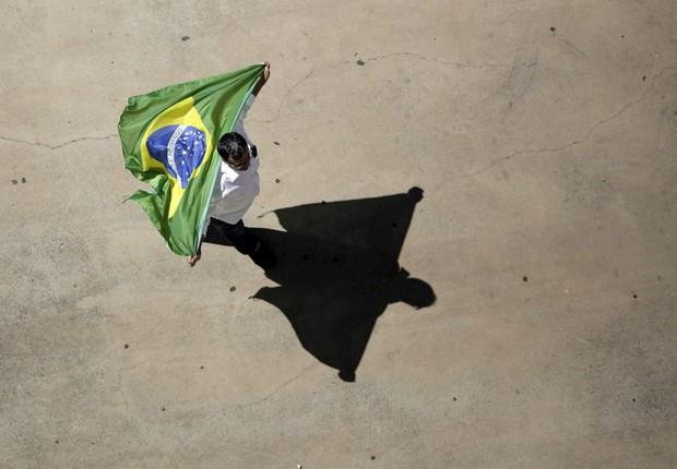 Homem solitário segura bandeira do Brasil ; crise ; recessão ;  (Foto: Ueslei Marcelino/Reuters)