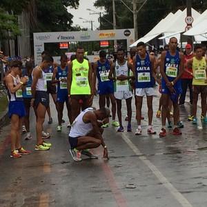 Giovani dos Santos exausto após a Volta da Pampulha 2016 (Foto: Marcio Kato/MBraga Comunicaçao)