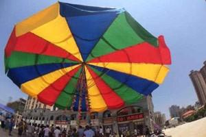 Cidade chinesa bateu recorde com maior guarda-chuva do mundo (Foto: Reprodução/Weibo/Huijiujiang)