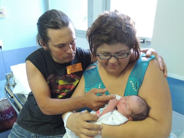Família comemora a chegada, inesperada, de Arthur, que nasceu com 2.880 quilos e 49 centímetros (Foto: Divulgação/Hospital Universitário de Jundiaí)