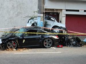 Carros ficaram destruídos (Foto: Arquivo: Helio Torchi/Futura Press)