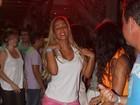 Valesca Popozuda vai de shortinho a balada no Rio