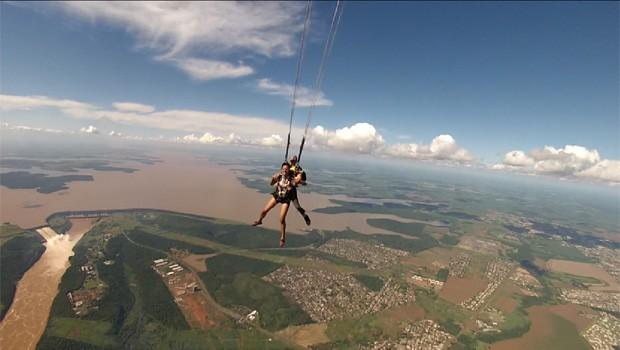 Meu Paraná faz salto de paraquedas em Foz do Iguaçu (Foto: Reprodução/RPC)