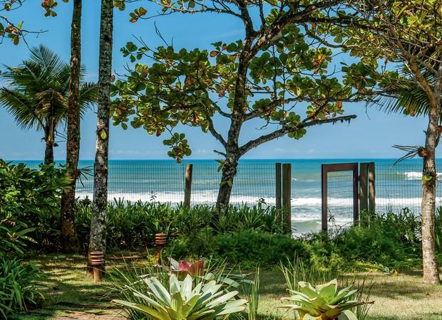Casas de praia, como esta com projeto do paisagista Gil Fialho, são ótimas pedidas para o uso da grama-santo-agostinho (Foto: Foto Edu Castello/ Editora Globo)