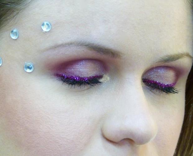 Olho marcado com purpurina é tendência para o carnaval (Foto: Melina Mantovani / Gshow)