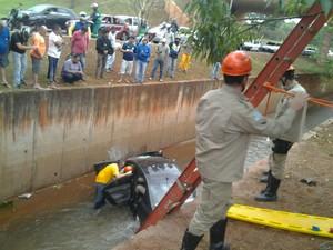 Carro cai em córrego na avenida Ernesto Geisel em Campo Grande (Foto: Marcos Ribeiro/ TV Morena)