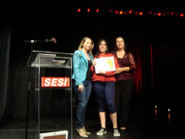 Anna Julia Oliveira Damian ficou em primeiro lugar na categoria 'poema'. (Foto: Deise Voigt / G1)