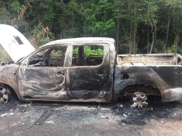 Caminhonete encontrada queimada no distrito de Floriano (Foto: Mônica Seoani/Arquivo Pessoal)