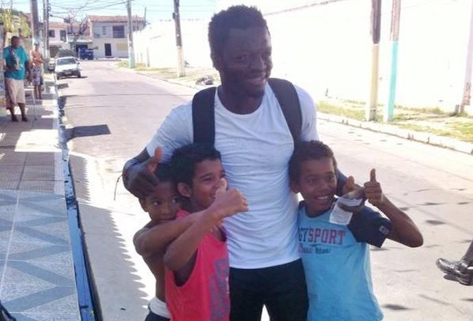 Muntari visita comunidade carente em Maceió (Foto: Divulgação/Agência Alagoas)
