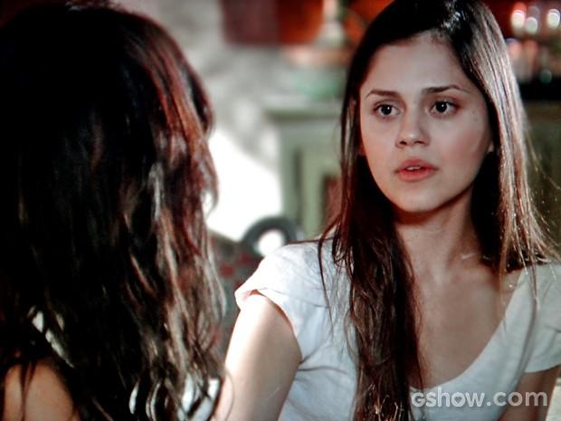 Guiomar conta segredo de Gorete para Juliana (Foto: Em Família/ TV Globo)