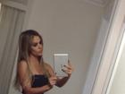 Robertha Portella faz 'selfie' e mostra cinturinha