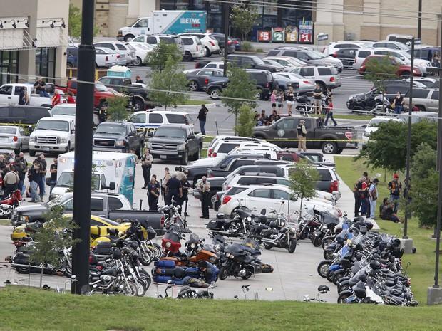 Cena do crime que deixou mortos e feridos em estacionamento de restaurante em Wacho, neste sábado (17) (Foto: Rod Aydelotte/Waco Tribune-Herald via AP)