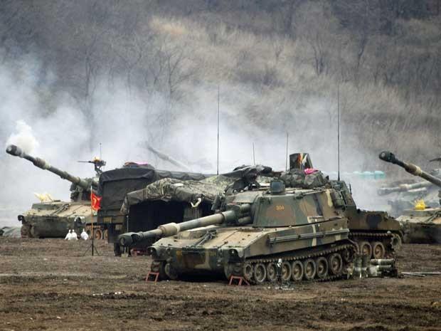 Exército sul-coreano segue realizando exercícios militares perto da zona desmilitarizada que separa as duas Coreias. (Foto: Lee Jae-Won / Reuters)