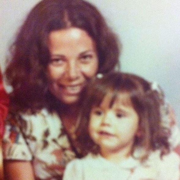 Deborah Secco em foto antiga com a mãe (Foto: Reprodução/Instagram)