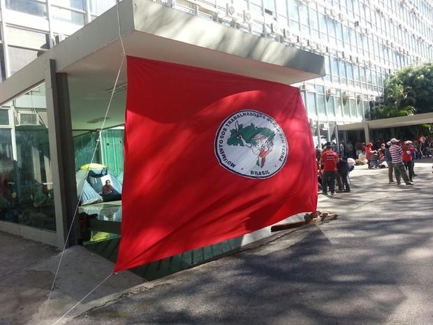 Integrantes do Movimento dos Trabalhadores Rurais Sem Terra ocupam o prédio principal do Ministério da Fazenda, em Brasília (Foto: Alexandro Martello/G1)