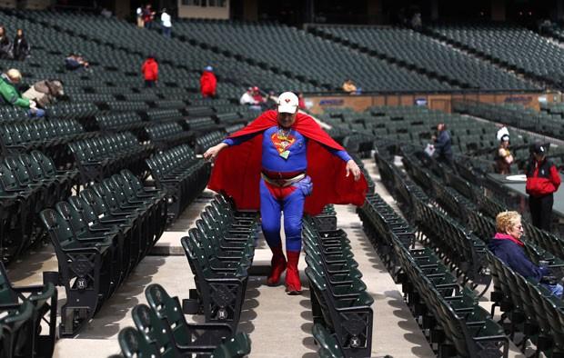 Superman J.H. Horn foi fotografado em jogo em Chicago (Foto: Charles Rex Arbogast/AP)