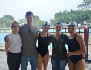 Danieli Luiza Darolt, de 15 anos, (esquerda) e Bruna Eduarda Darolt (direita) com os pais e a avó (Foto: Lauane Sena)