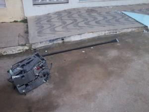 Parte do caixa eletrônico explodido ficou na rua (Foto: Kau Lopes / VC no G1)
