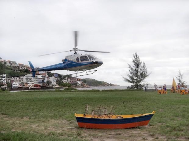Helicóptero aterrissa na praia de Vila dos Ventos (Foto: Vila dos Ventos / TV Globo)