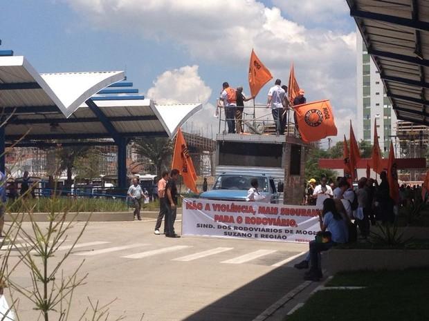 Manifestantes deixam terminal em Suzano (Foto: Jenifer Carpani/TV Diário)