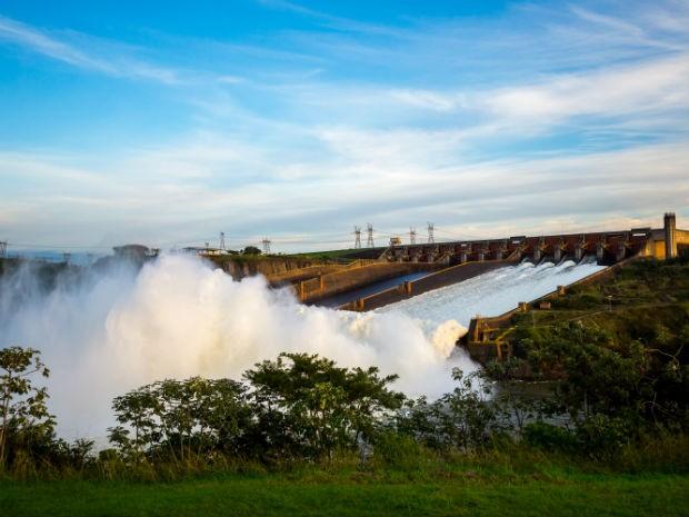 Vazão de água no vertedouro da Usina de Itaipu chegou a 9,5 milhões de litros por segundo na madrugada desta quarta (15) (Foto: Itaipu Binacional/ Divulgação)