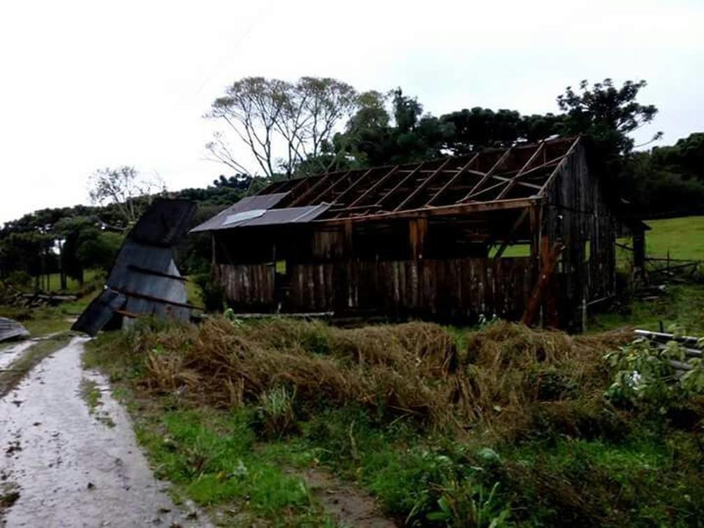 Galpão é destelhado na madrugada deste sábado (27) pela força do vento em Vila Maria, no Norte do estado (Foto: Alexandre Miranda/Arquivo Pessoal)