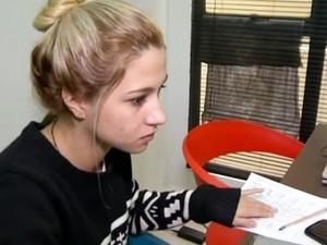 Caroline de Oliveira começou a estagiar neste mês em uma agência de comunicação digital de Volta Redonda (Foto: Reprodução/TV Rio Sul)