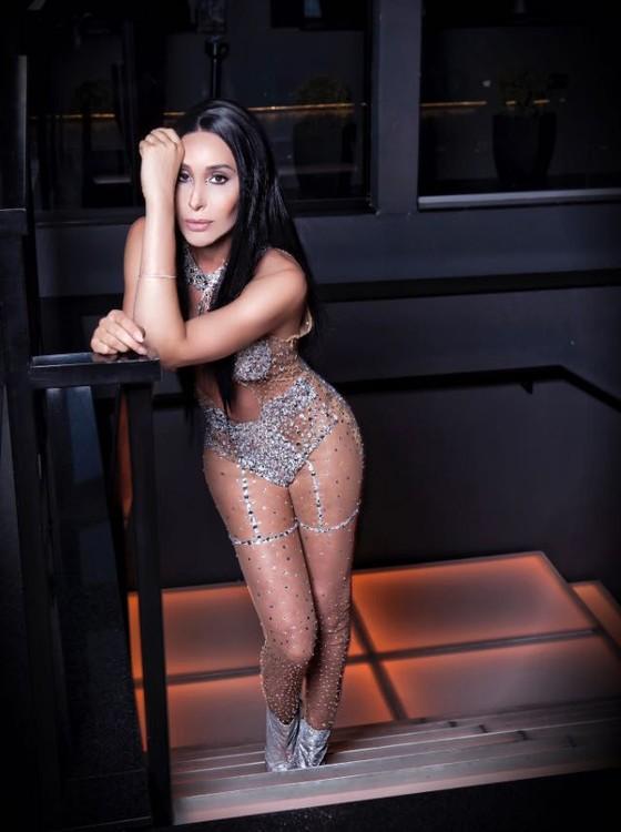 De tanto ouvir nas redes sociais que era parecida com Cher, Carol Marra fez ensaio inspirado na Diva (Foto:  Vivi Pelissari)