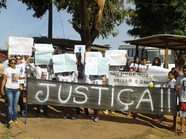 Familiares e amigos de menino morto em unidade de internação em protesto (Foto: Hélio Rosa/Reprodução)