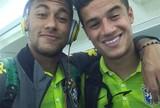 Neymar posa para foto com Philippe Coutinho